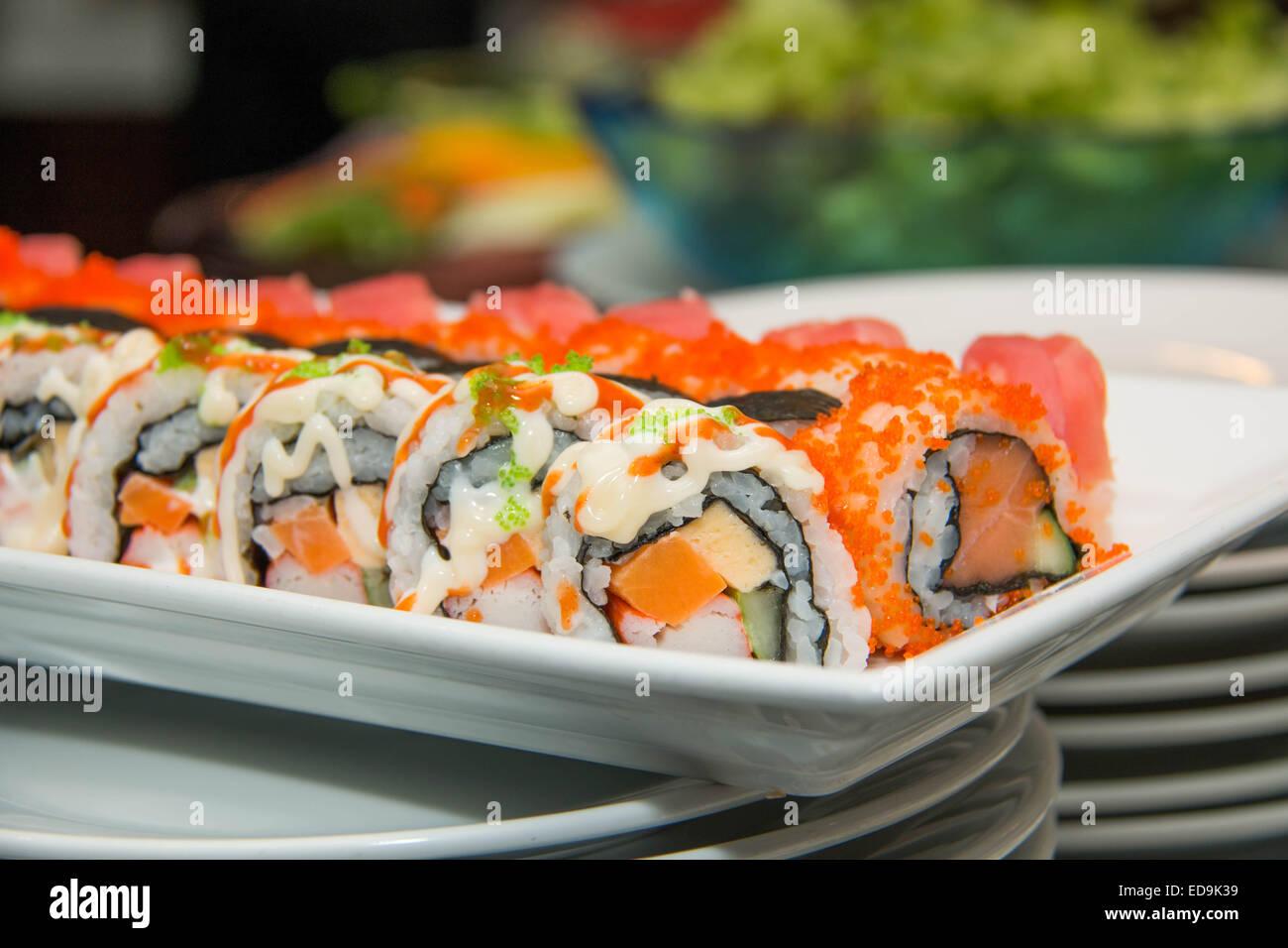 Un des fruits de mer japonais sushi roll sur la plaque blanche. Photo Stock