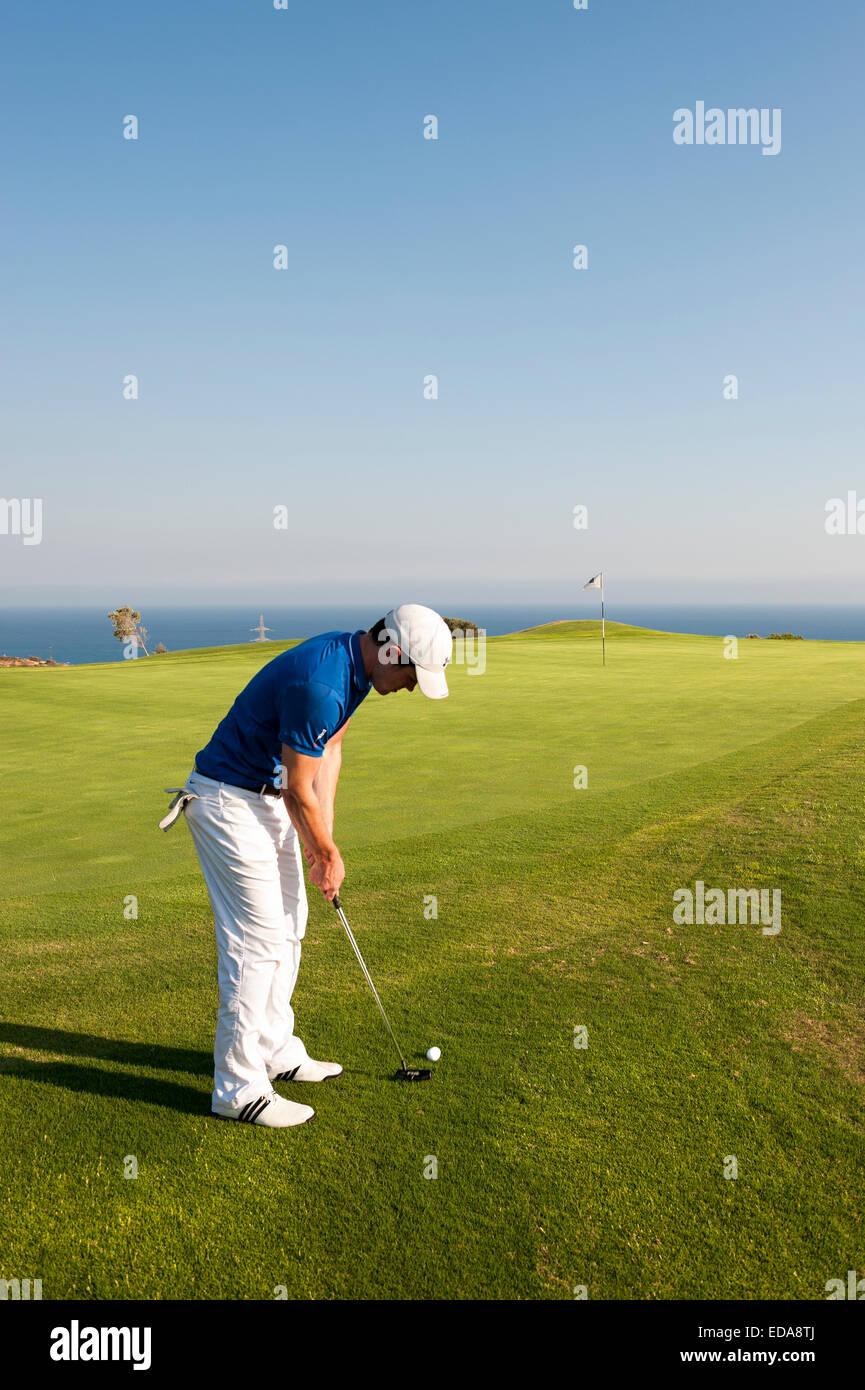 Un golfeur mettant à l'Aphrodite Hills Golf resort Chypre Photo Stock