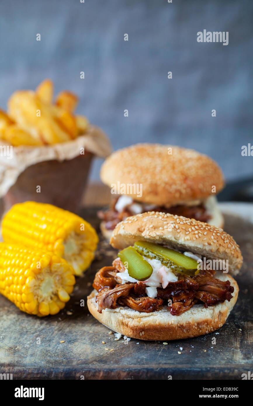 Burger de porc avec, le maïs doux et frites Photo Stock
