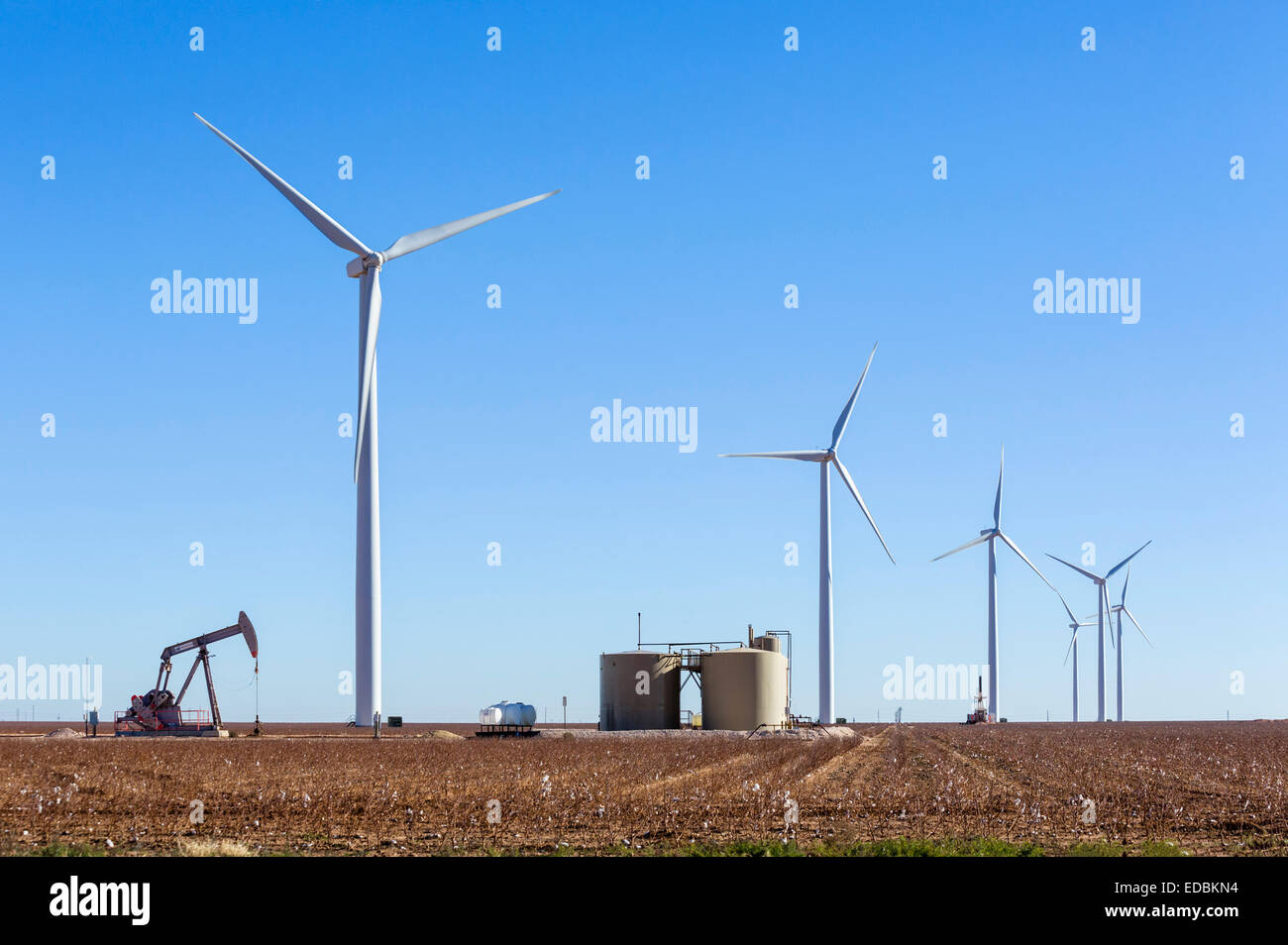 Bien d'huile à côté d'éoliennes à l'extérieur de Midland, Texas, États Photo Stock