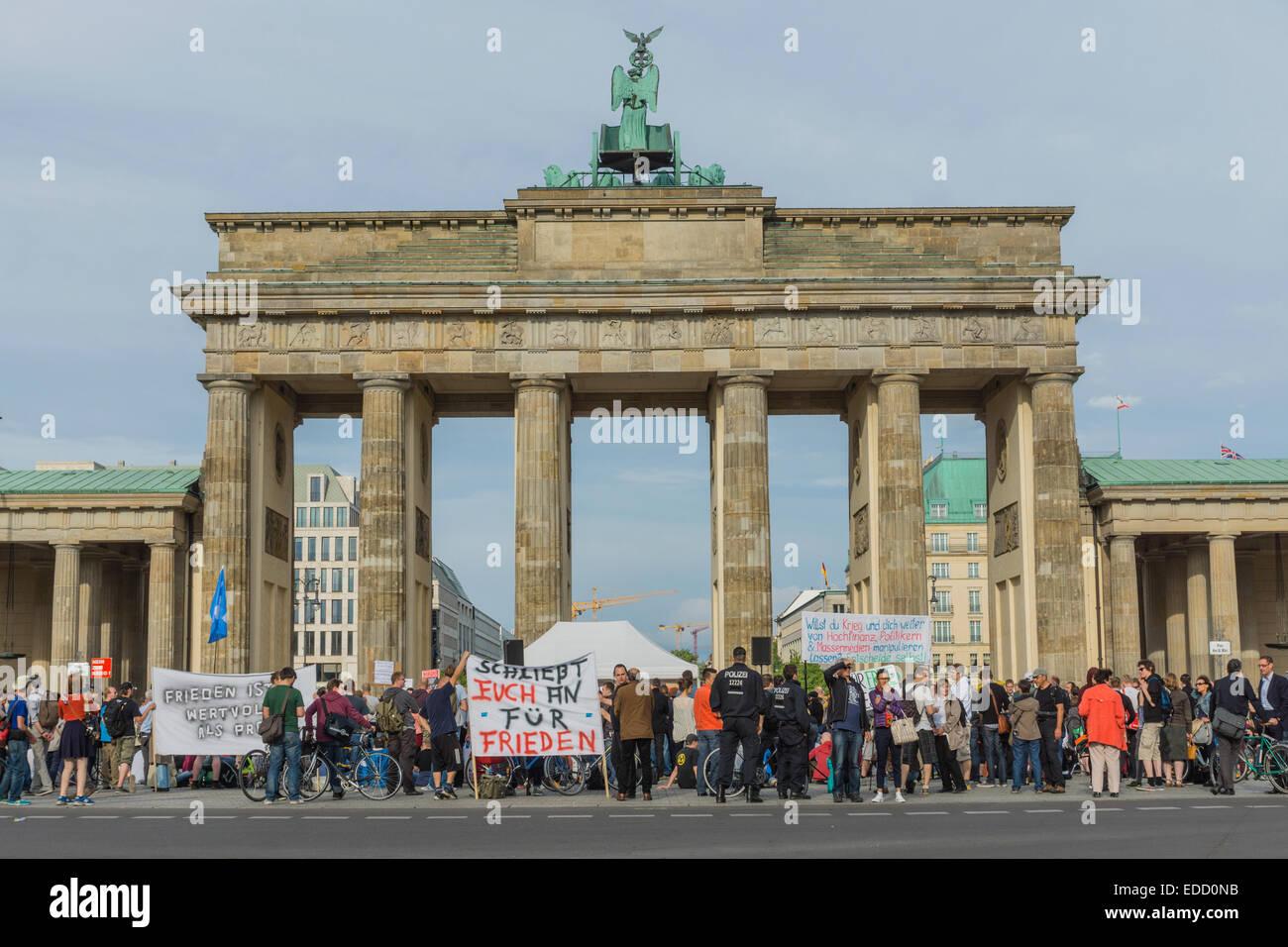 Manifestation anti-guerre à la porte de Brandebourg, Berlin, Allemagne Photo Stock