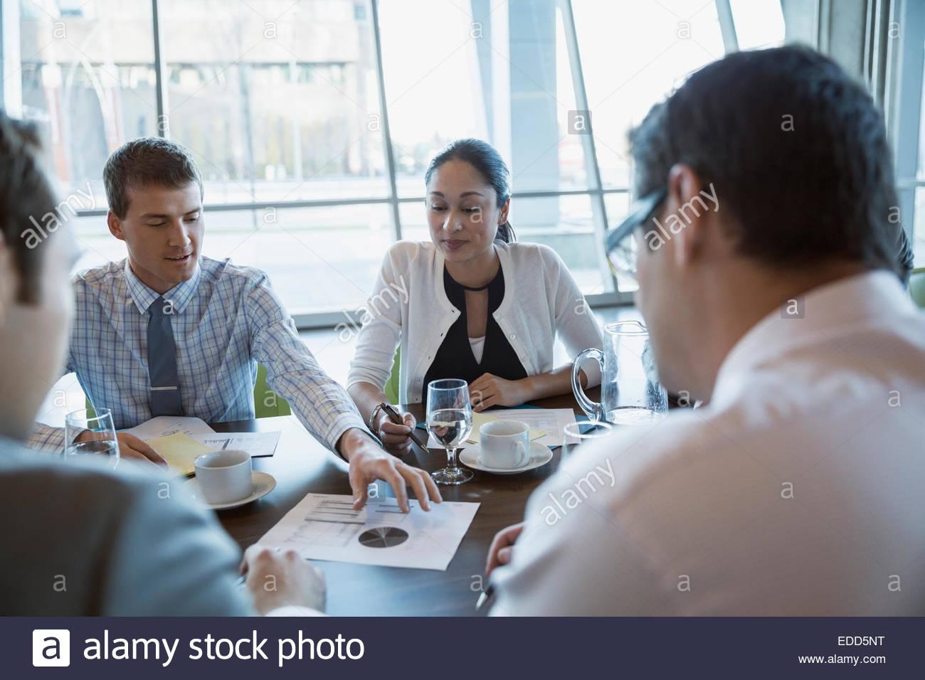 Les gens d'affaires de discuter des données dans la salle de conférence réunion Photo Stock