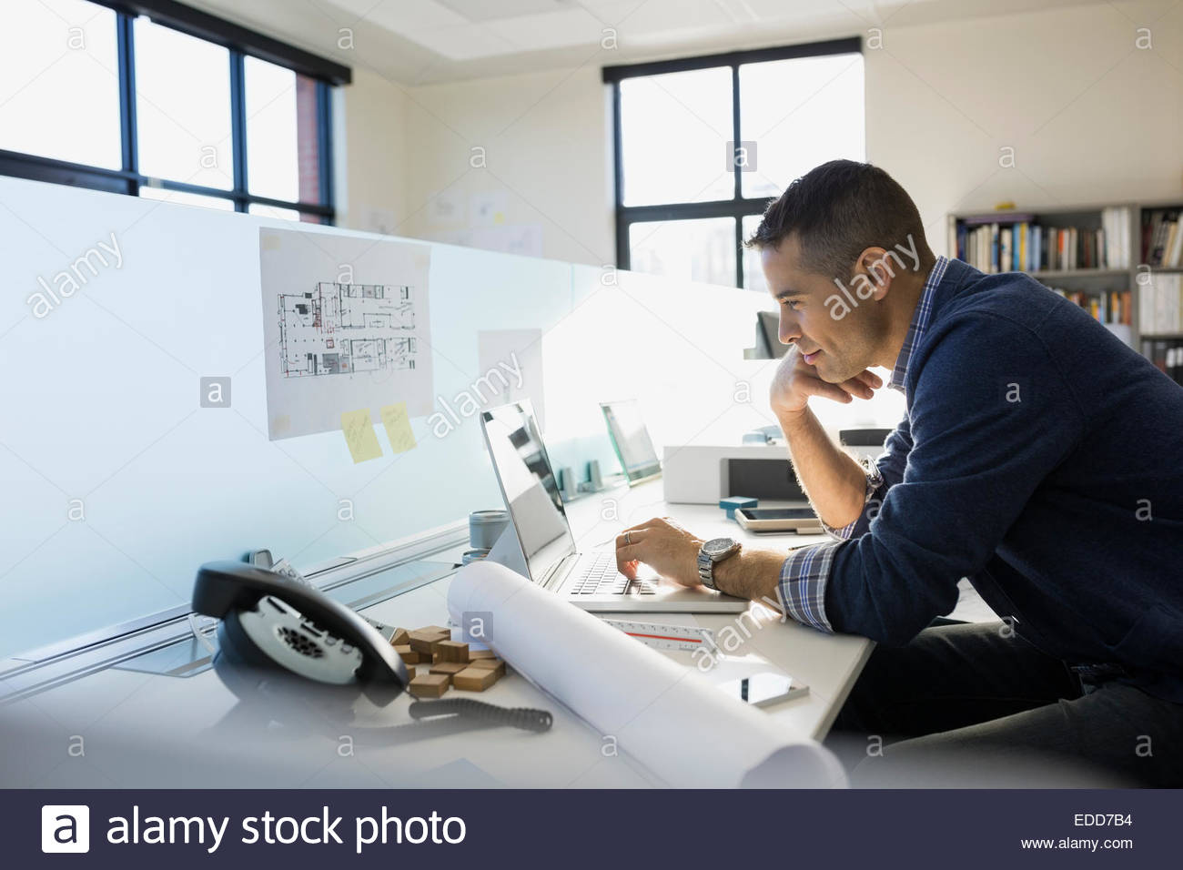 Architecte working at laptop in office Photo Stock