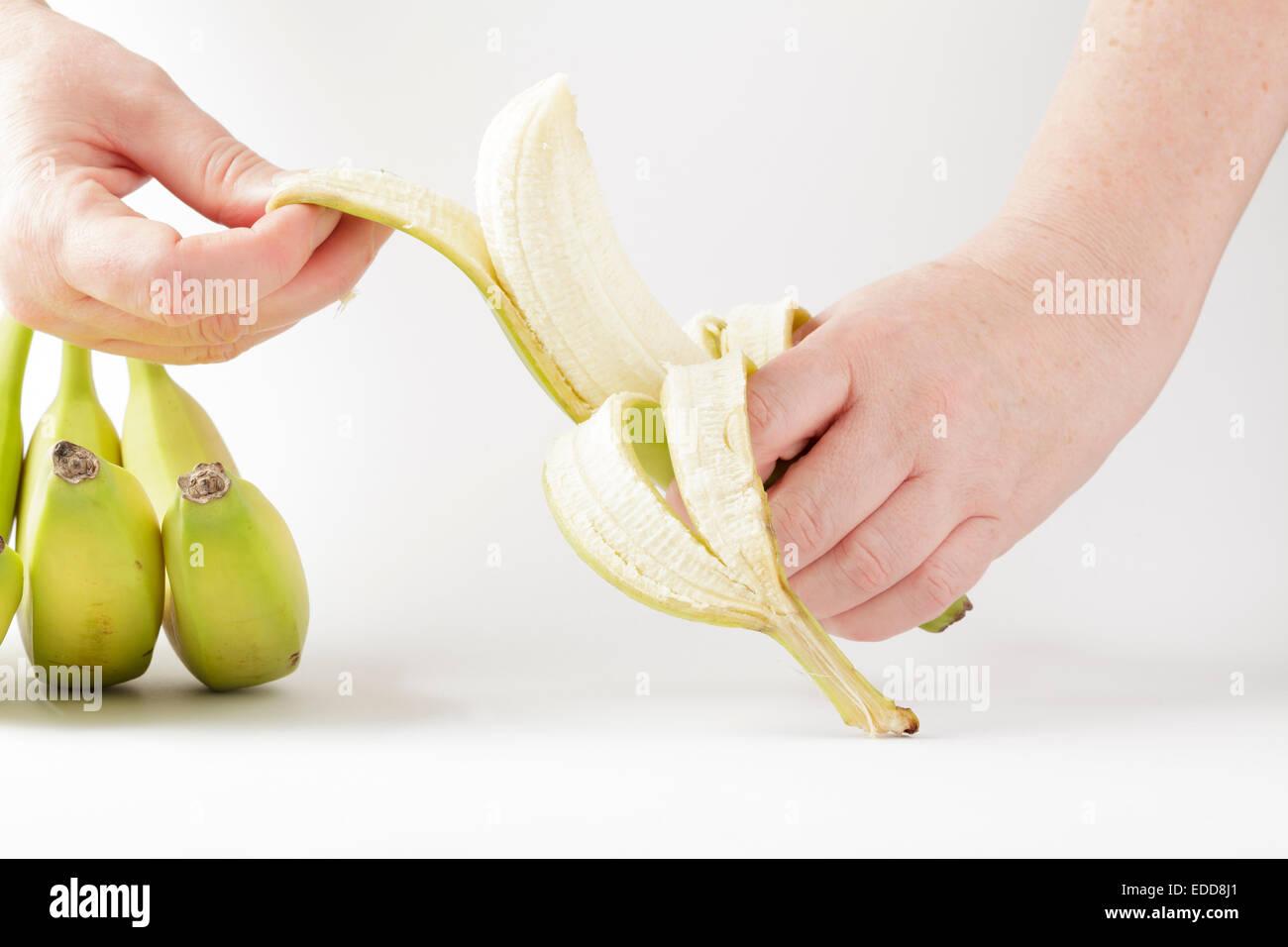 Peler les mains une banane Photo Stock