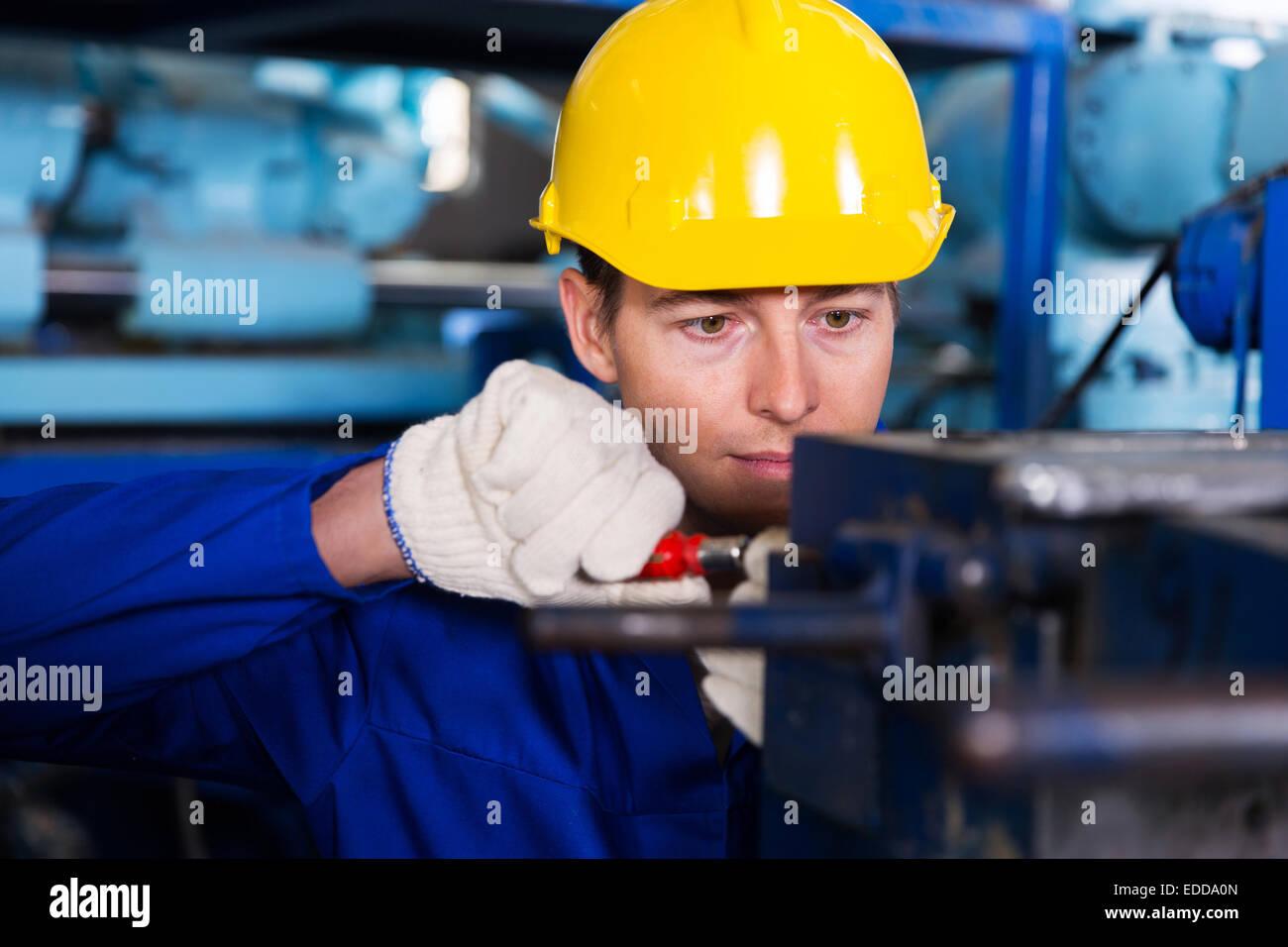 Mécanicien professionnel travaillant en usine Photo Stock