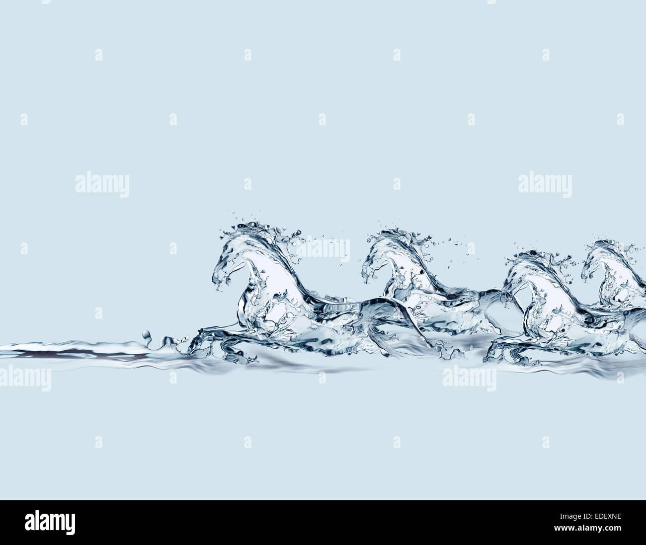 Un groupe de chevaux galopant fait d'eau dans l'eau. Photo Stock