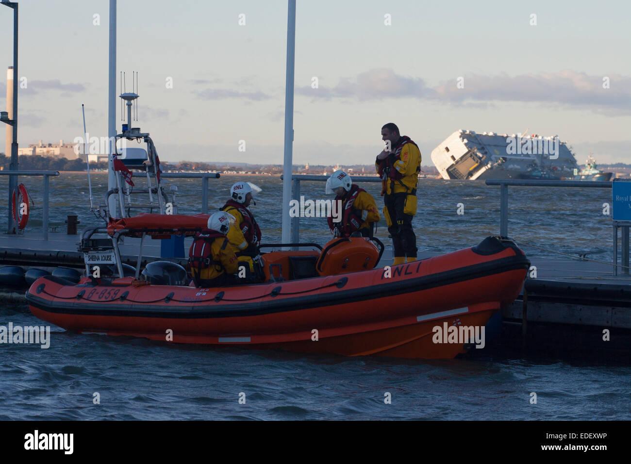 Cowes, île de Wight. 6 janvier, 2015. La vie continue dans le Solent. A chaviré car carrier Hoegh Osaka Photo Stock