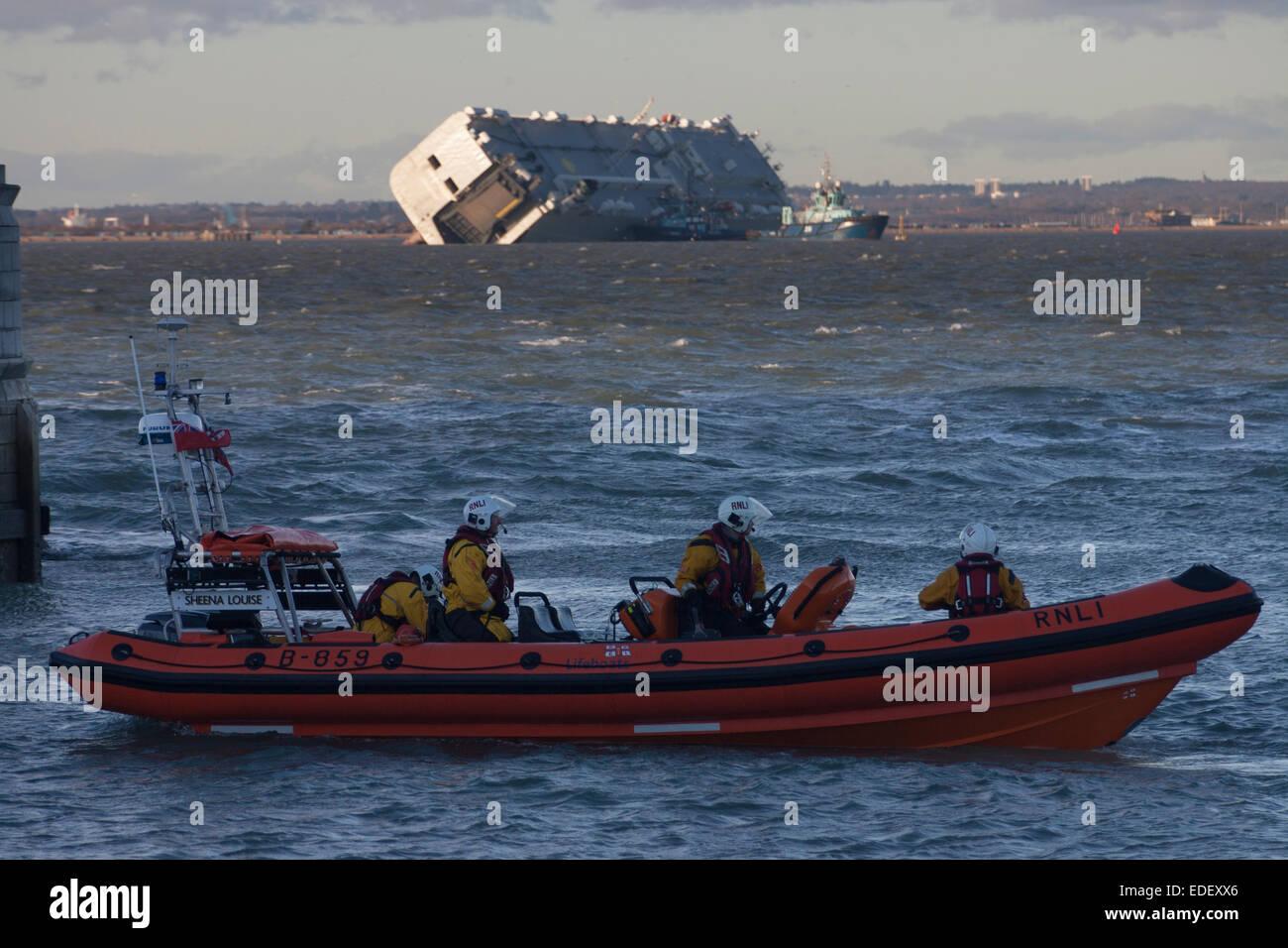 Cowes, île de Wight. 6 janvier, 2015. La vie continue dans le Solent. La RNLI Lifeboat côtière se Photo Stock
