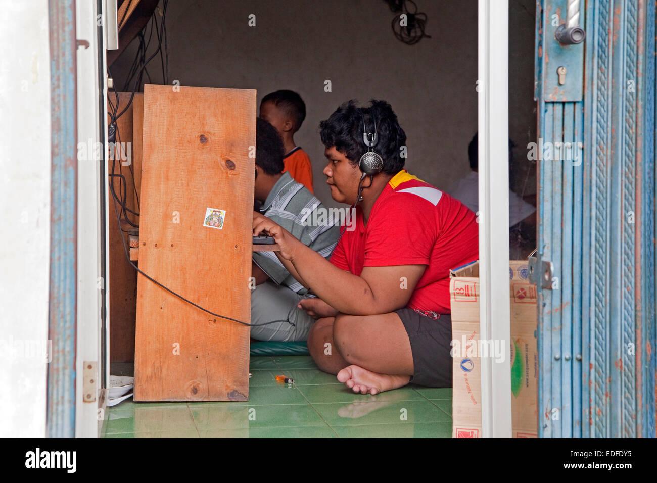 Adolescent indonésien en surf internet café / cybercafé dans la capitale Jakarta, Java, Indonésie Photo Stock