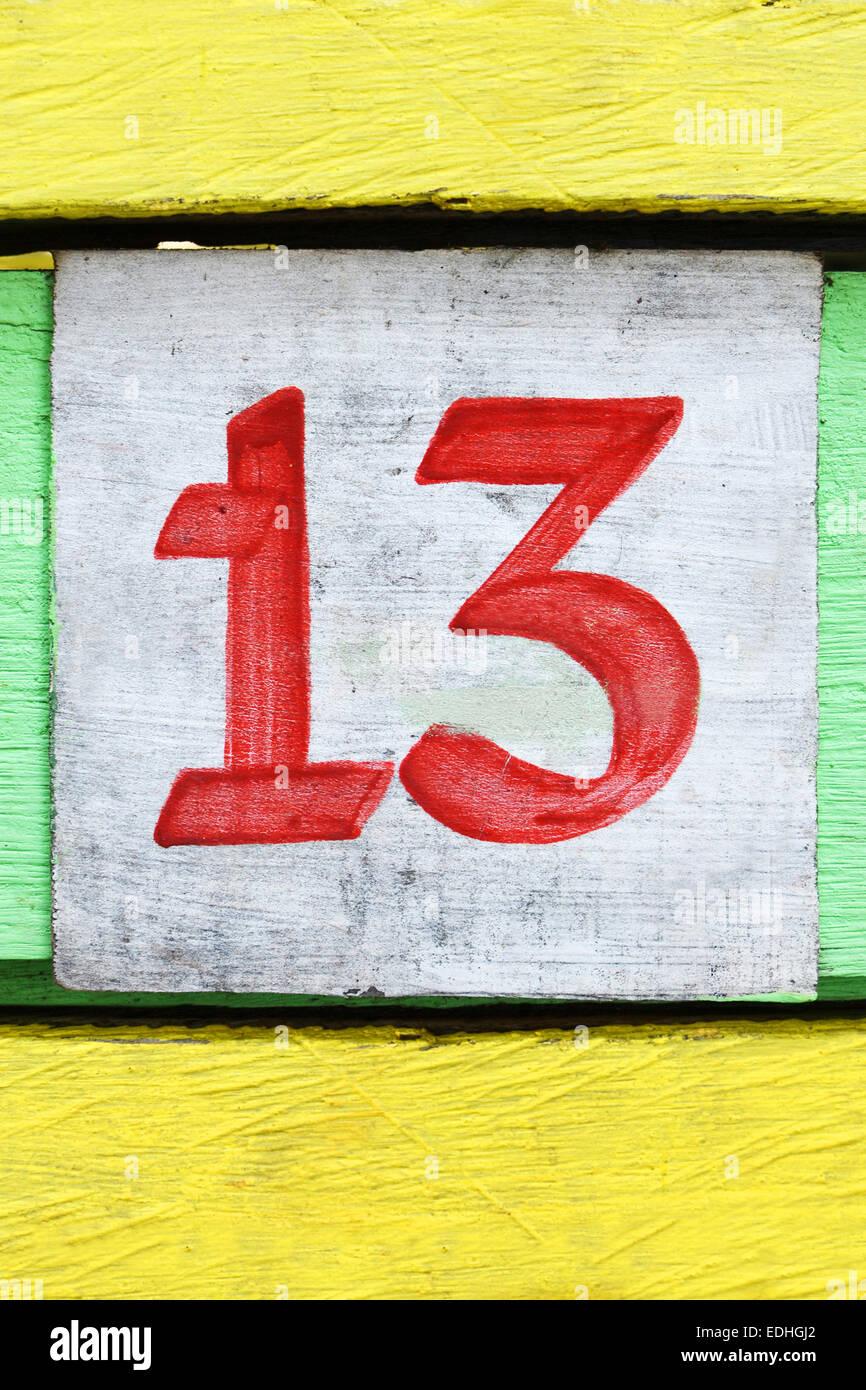 Numéro treize peint sur un vieux bois de couleur Photo Stock