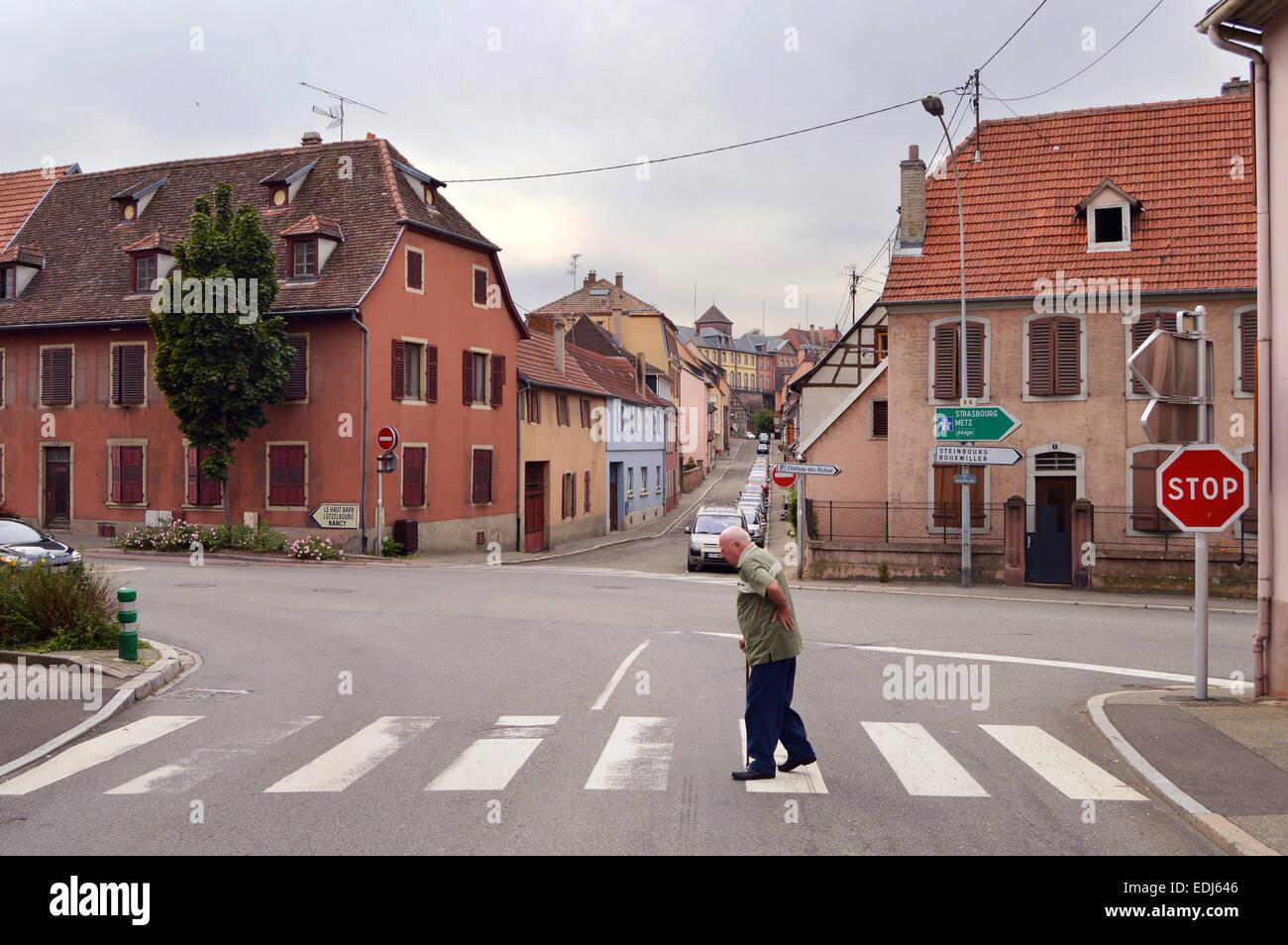 SAVERNE, FRANCE - AOÛT 2012: streetview à un carrefour dans le village français Saverne dans Photo Stock