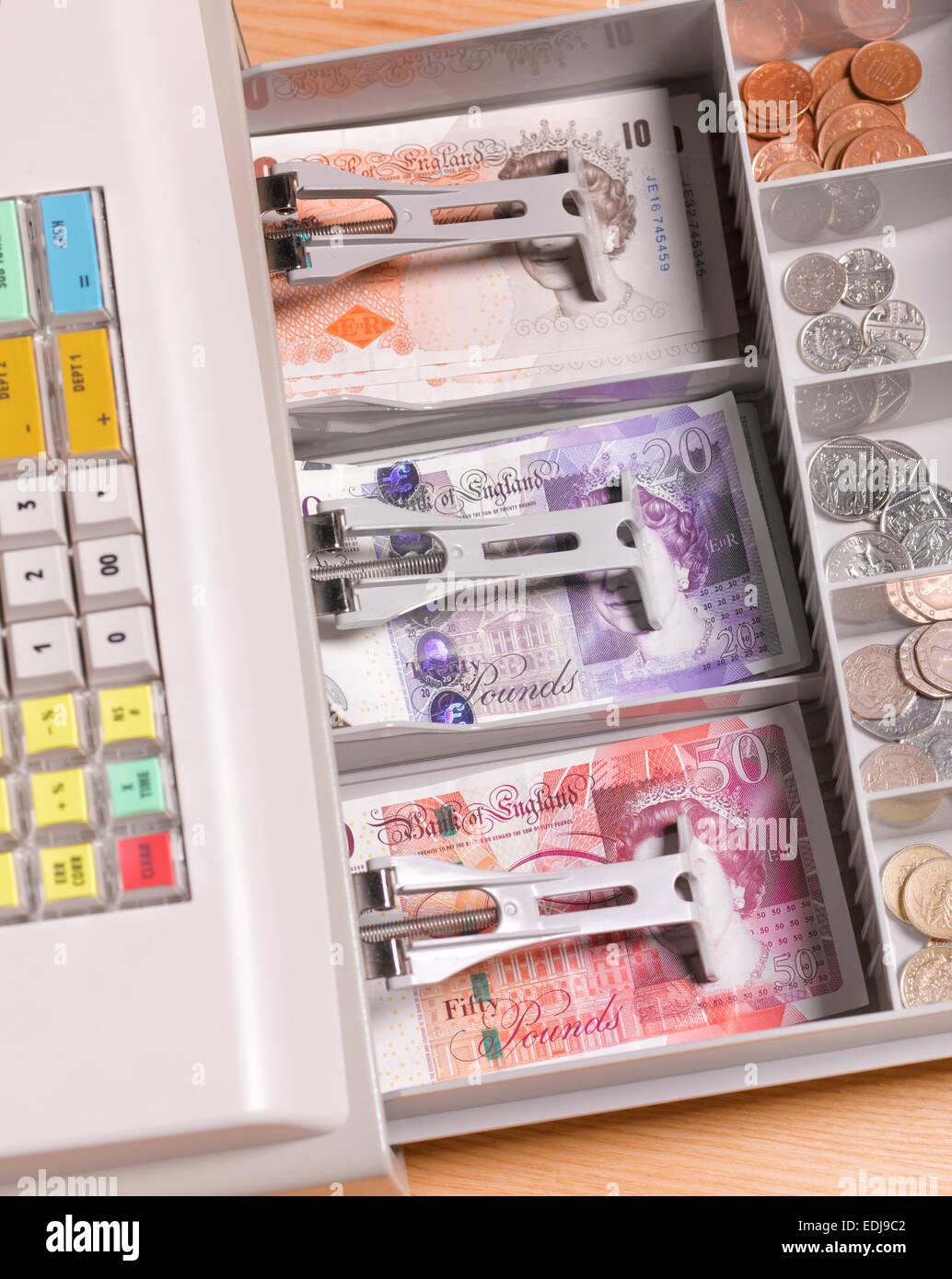 D'ouvrir le tiroir-caisse/ caisse recettes quotidiennes montrant dans la petite entreprise Photo Stock