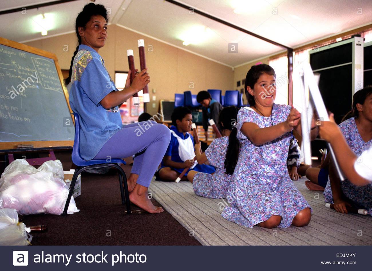 L'école kura kaupapa. L'apprentissage d'écolière folklore traditionnel Maori, île Photo Stock