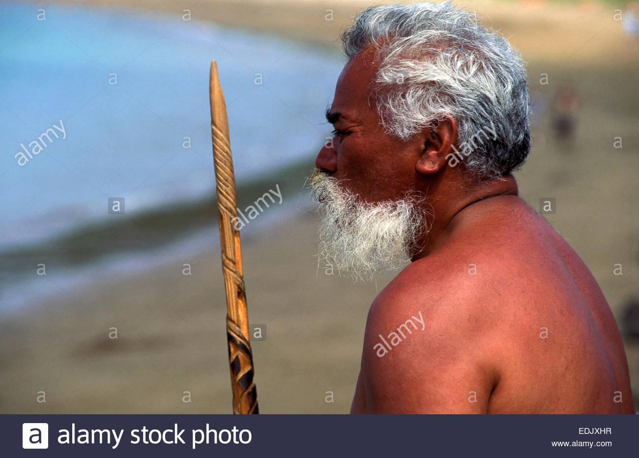 Le chef d'une pirogue de guerre à Waitangi, île du Nord, en Nouvelle-Zélande. Photo Stock