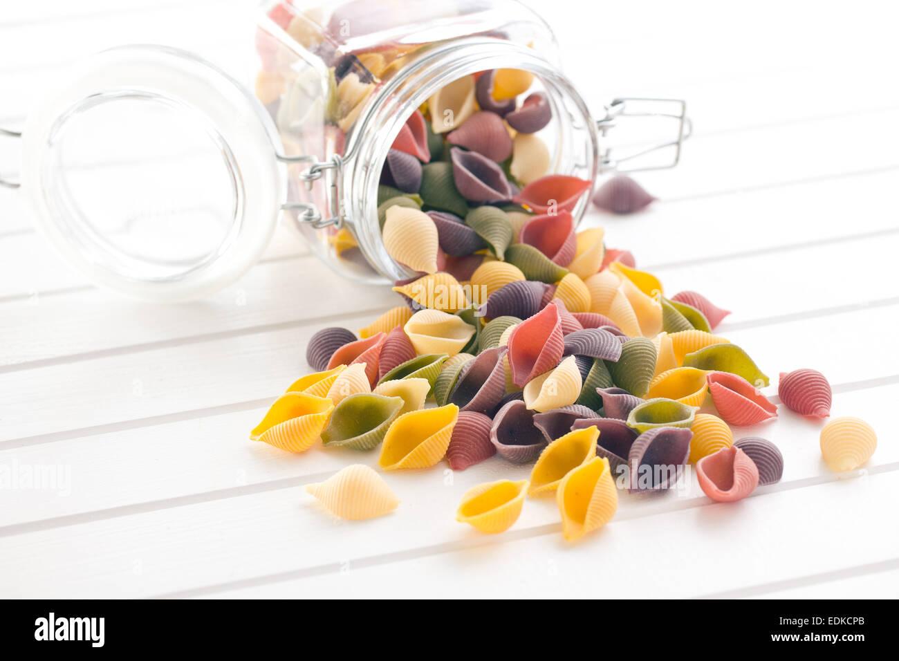 Les pâtes italiennes à sec sur tableau blanc Photo Stock