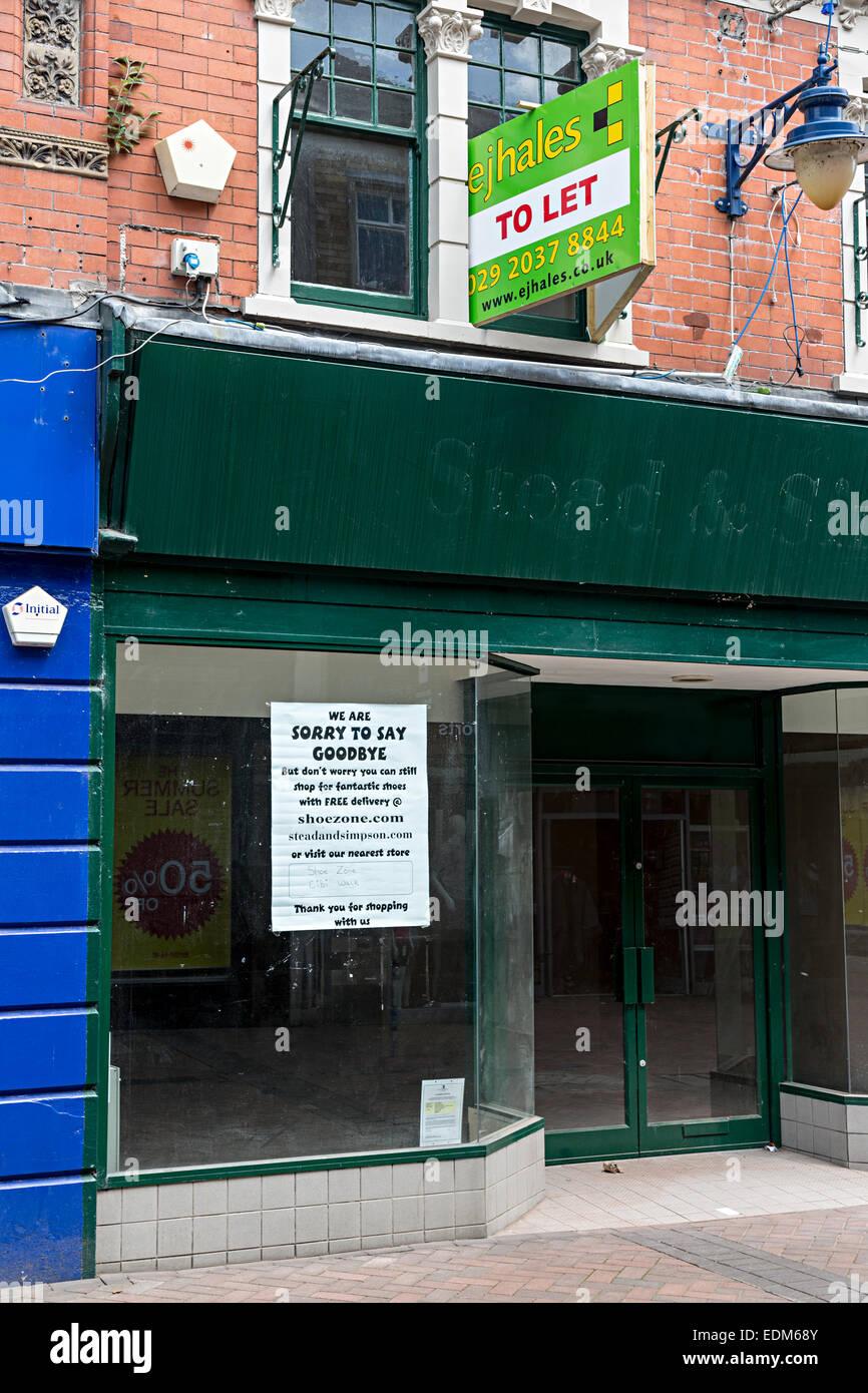 Soit par le signe plus fermé Stead et Simpson chaussures avec avis désolé de dire au revoir, Galles, Photo Stock