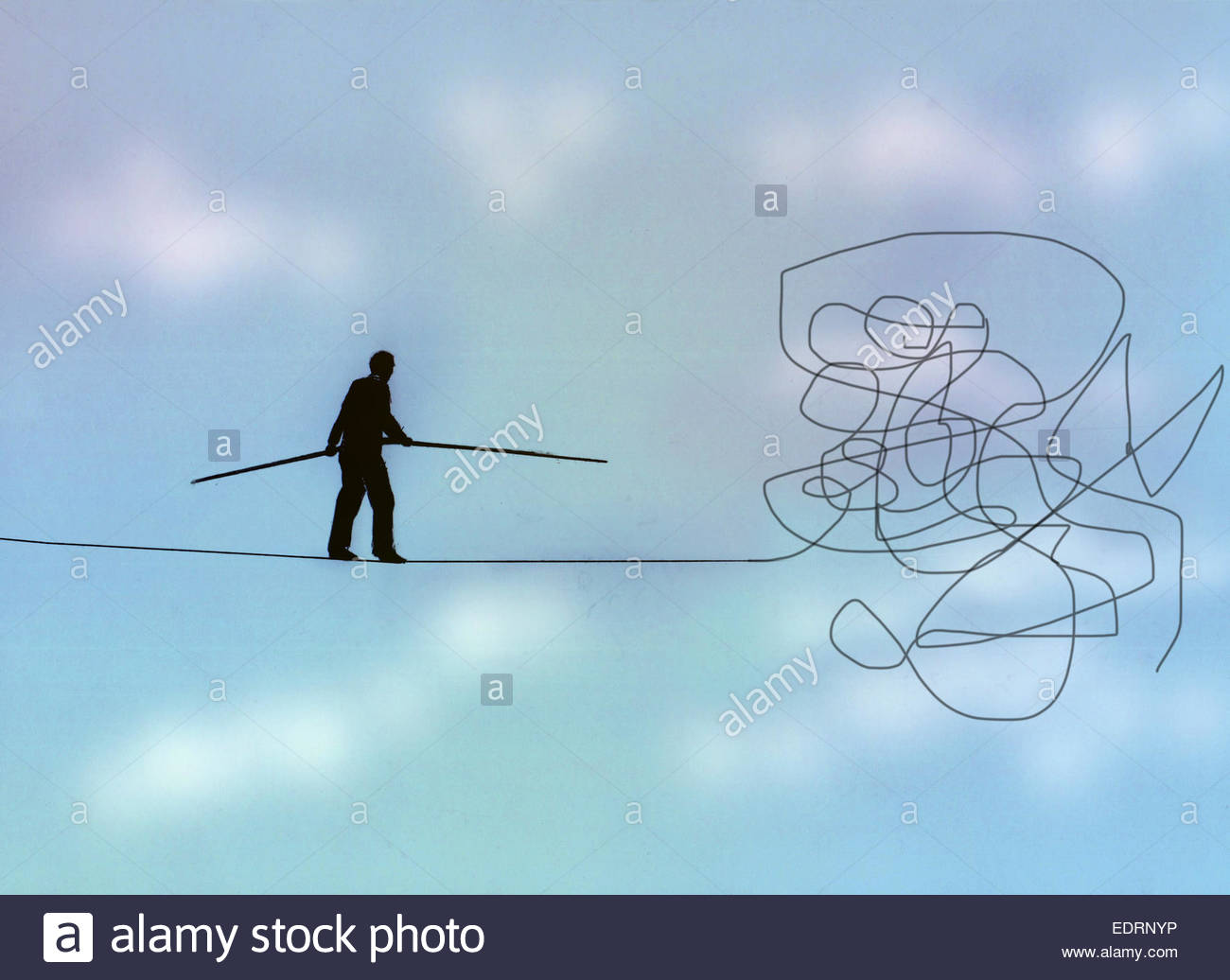 L'homme approche de noeud sur tangled tightrope Photo Stock