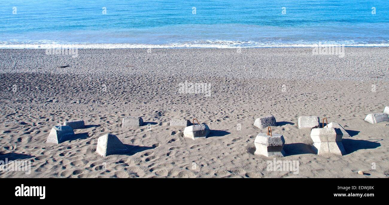 Les structures de protection du littoral pour dissiper les vagues Photo Stock