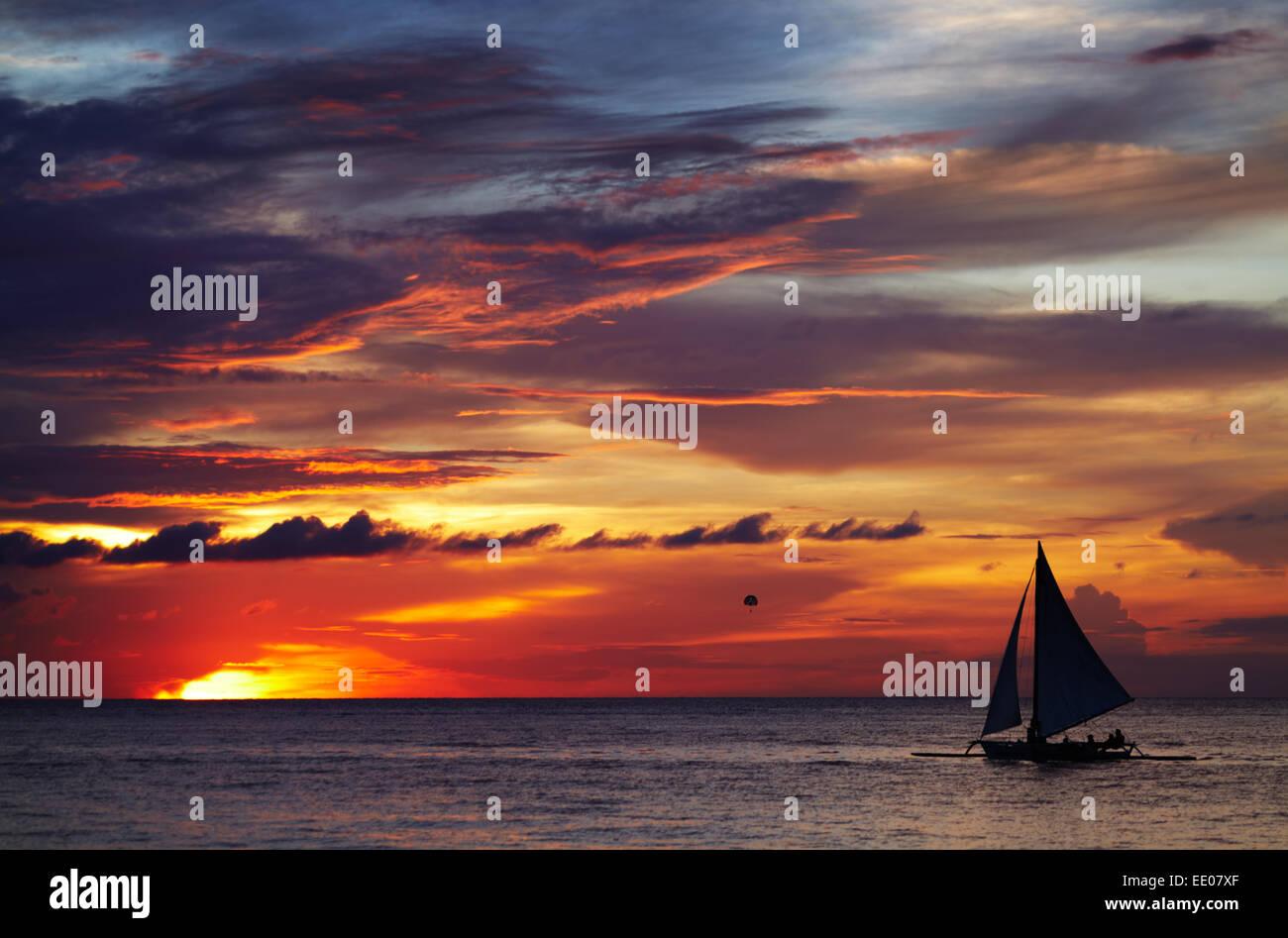 Coucher du soleil tropical avec voilier, Boracay, Philippines Photo Stock