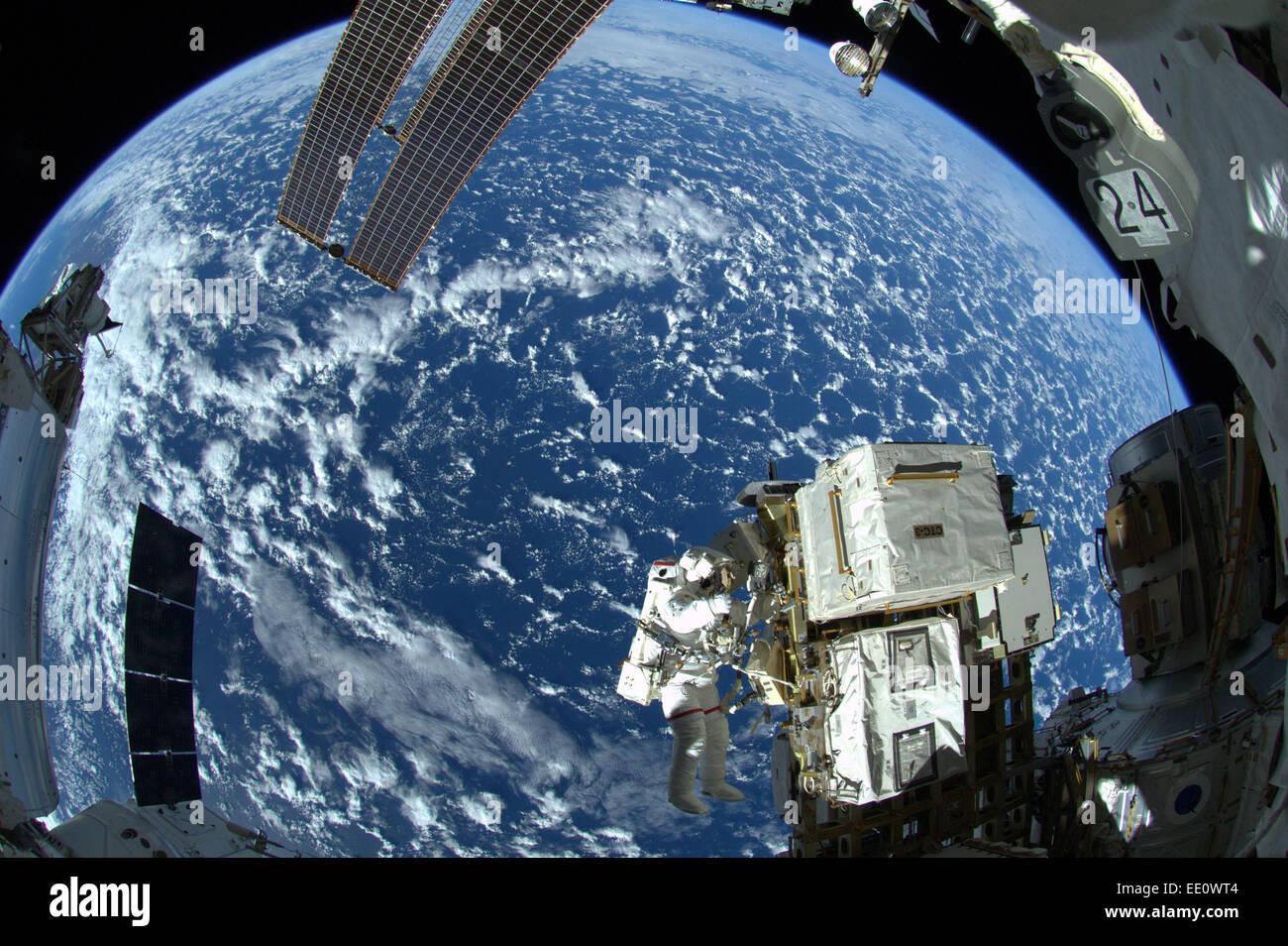 Travaillant sur la Station spatiale internationale Photo Stock