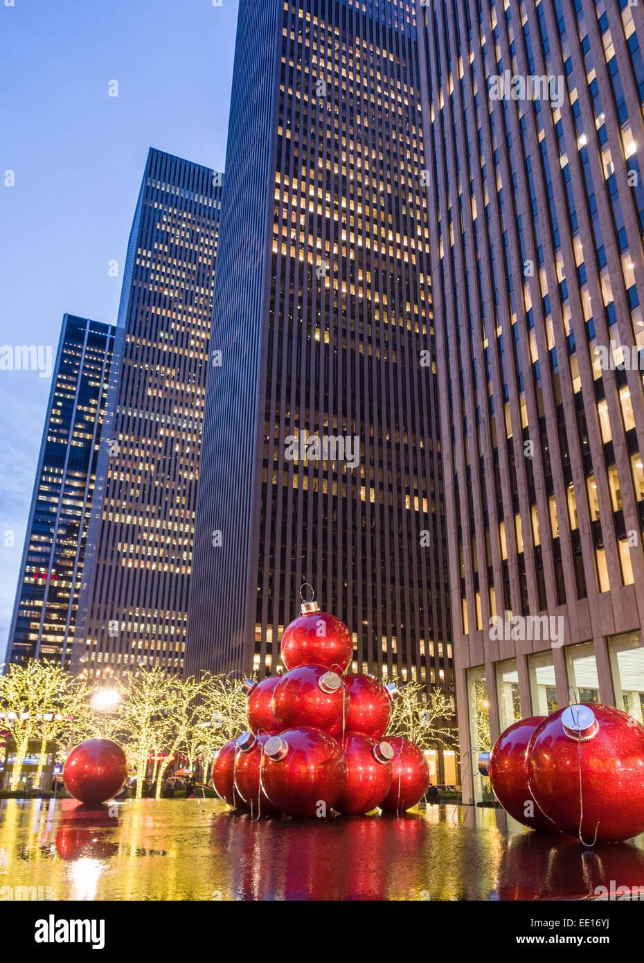 Boules de Noël géant rouge ci-dessous les tours. Voir la soirée de Noël Boules énormes Photo Stock