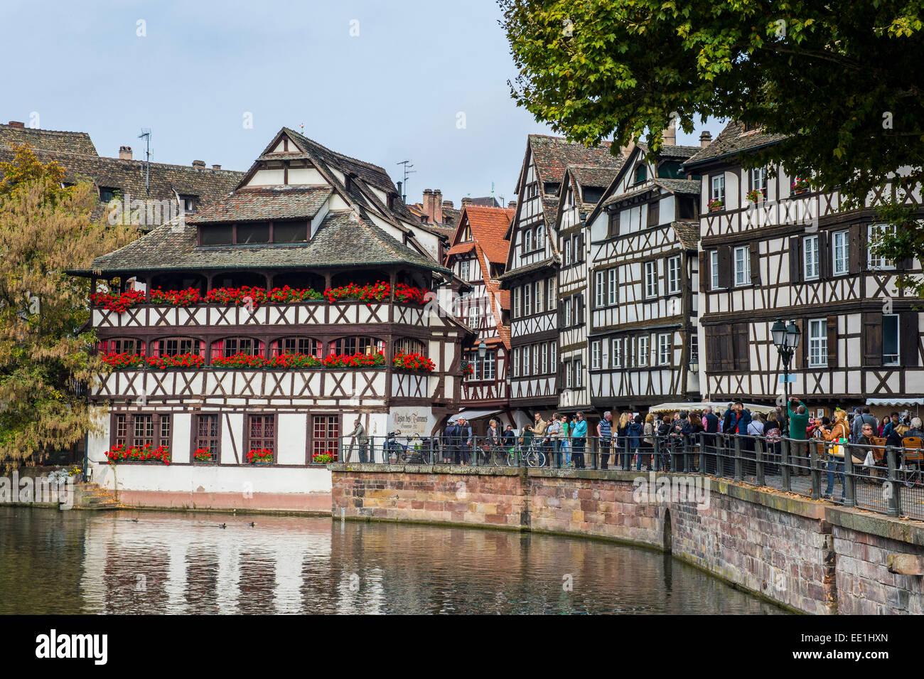 Maisons à colombages et canal dans le quartier de la Petite France, Strasbourg, Alsace, France, Europe Photo Stock