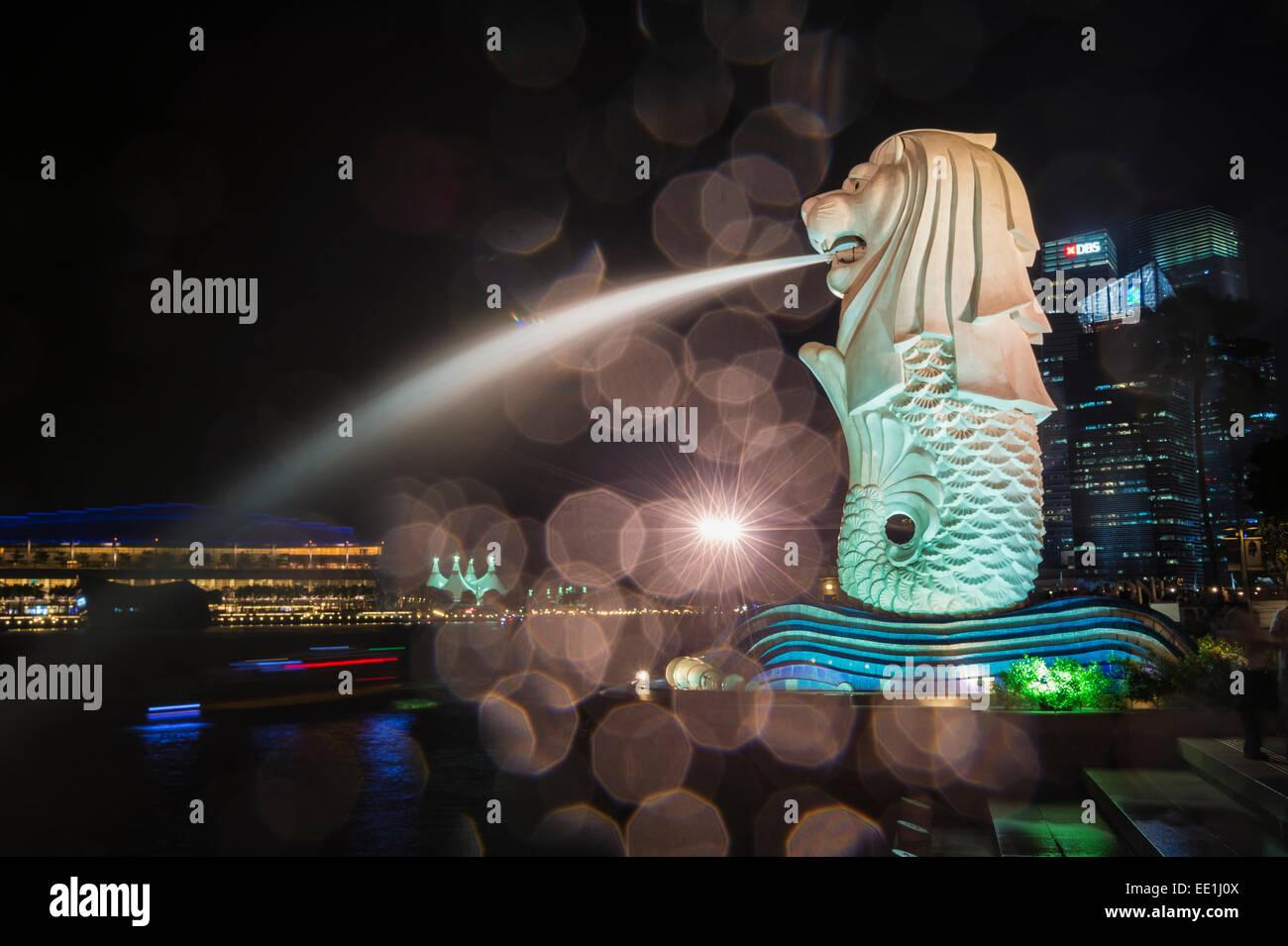 Le Merlion de nuit, symbole de la ville, à Singapour, en Asie du Sud-Est, l'Asie Banque D'Images