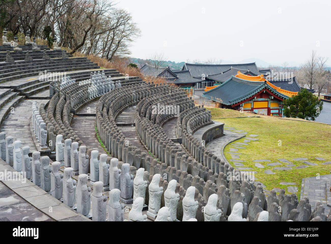 Statues, Gwaneumsa Temple Bouddhiste, l'île de Jeju, Corée du Sud, Asie Photo Stock