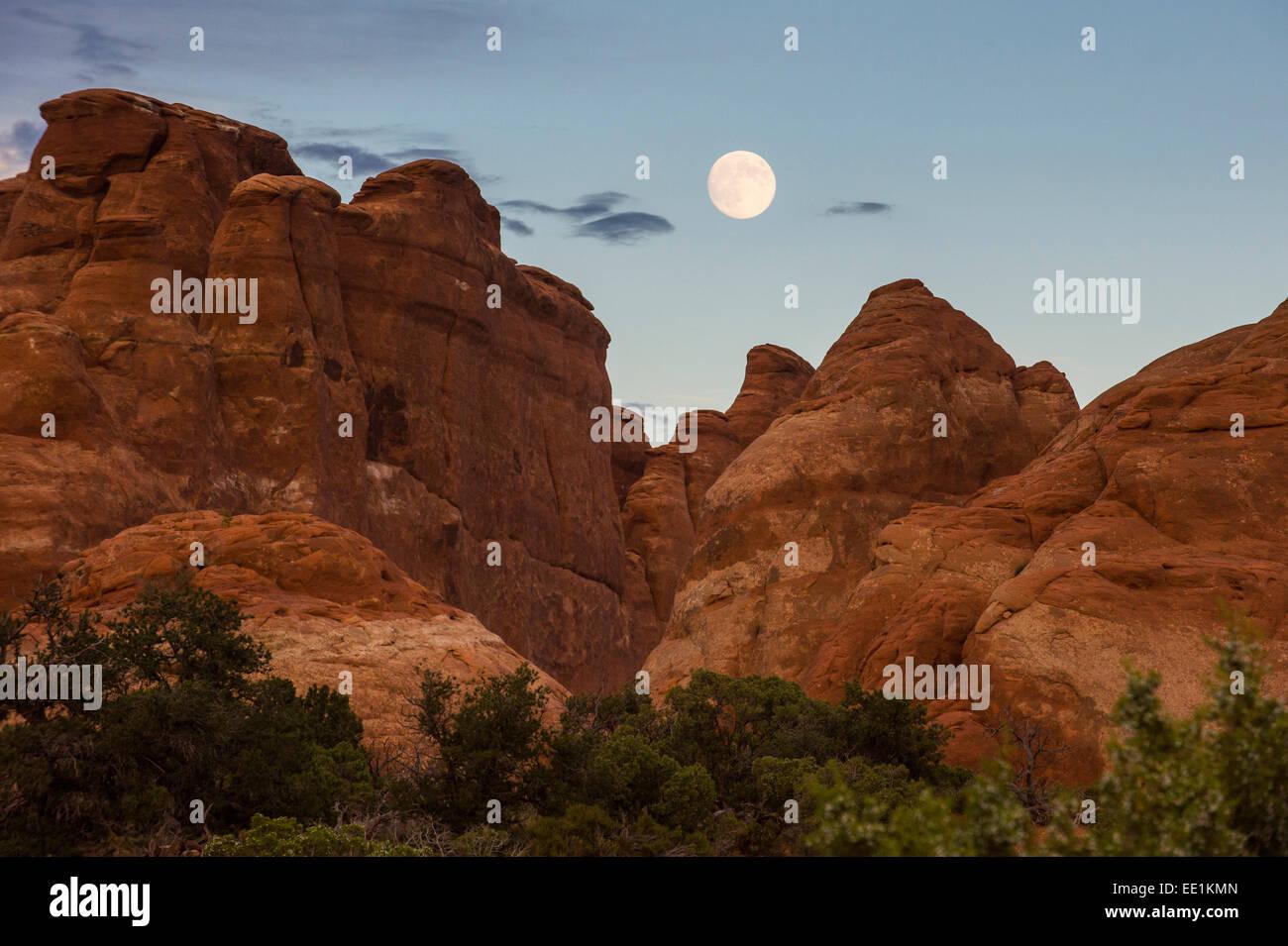 Pleine lune sur fournaise ardente, un labyrinthe comme passage, Arches National Park, Utah, États-Unis d'Amérique, Photo Stock