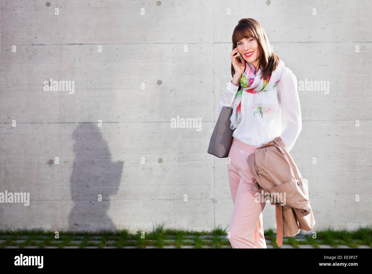 Jeune femme à l'extérieur, Munich, Bavière, Allemagne Photo Stock
