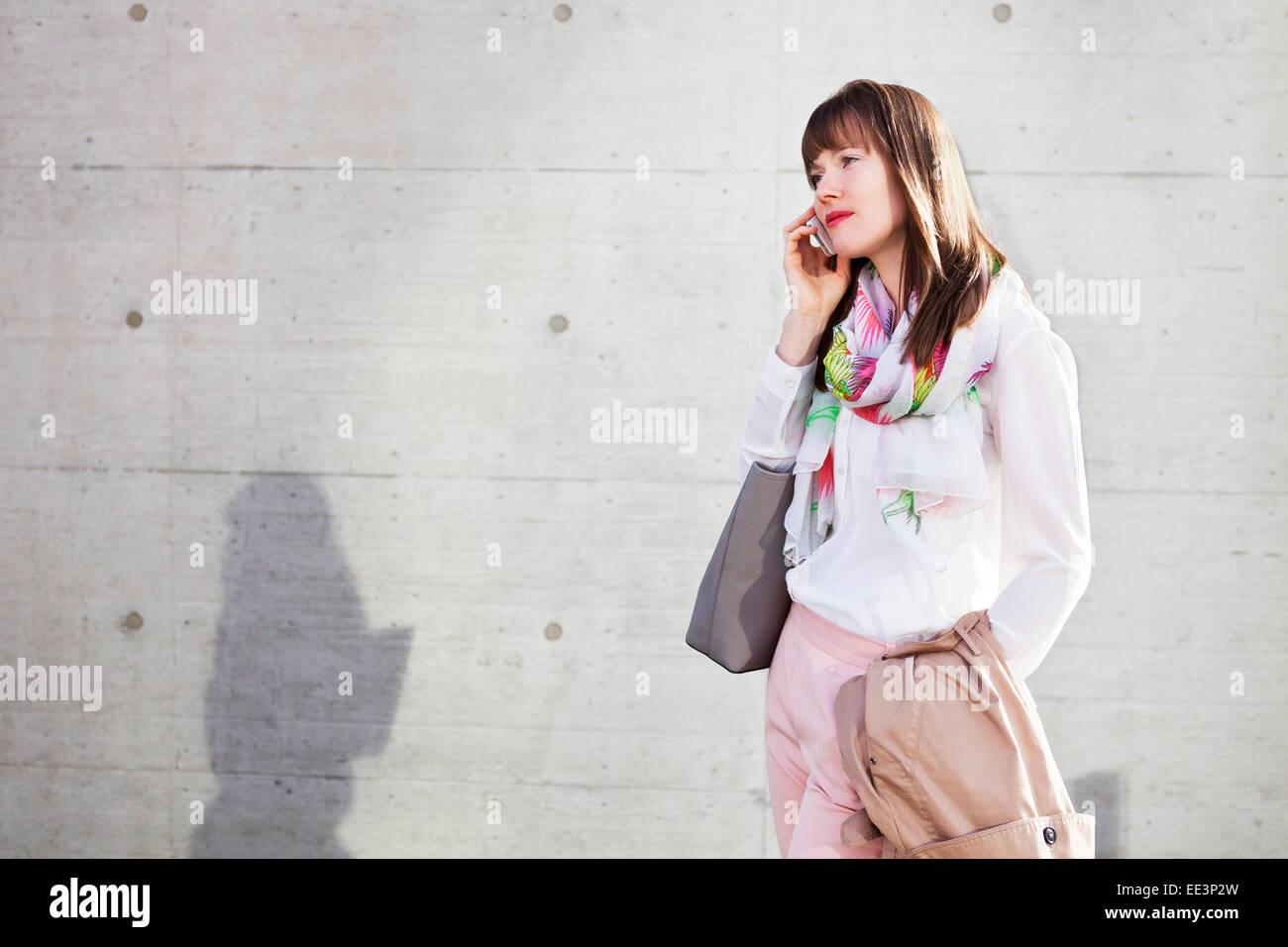 Jeune femme à l'aide de l'extérieur, Munich, Bavière, Allemagne Photo Stock