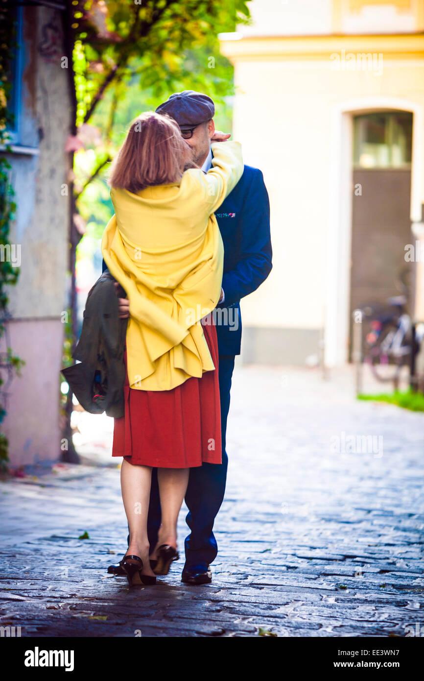 Senior couple embracing avec amour, Munich, Bavière, Allemagne Photo Stock