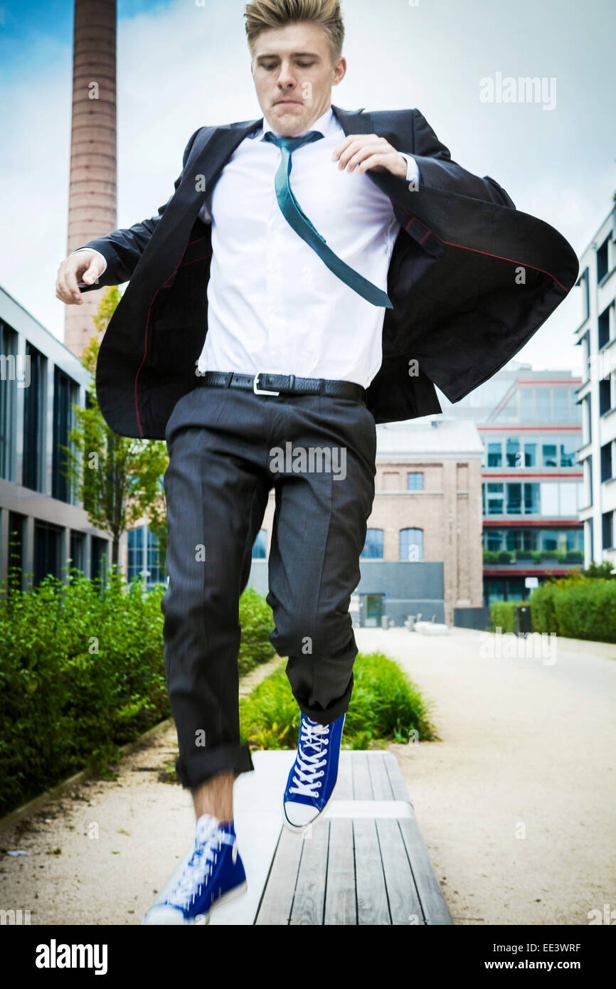 Young businessman jumping in air, Munich, Bavière, Allemagne Photo Stock