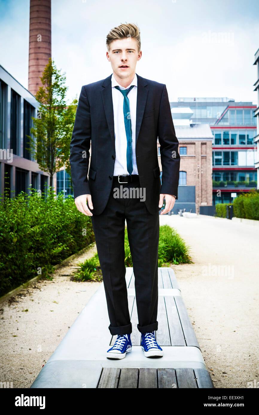 Jeune homme d'affaires contre l'immeuble de bureaux, Munich, Bavière, Allemagne Photo Stock