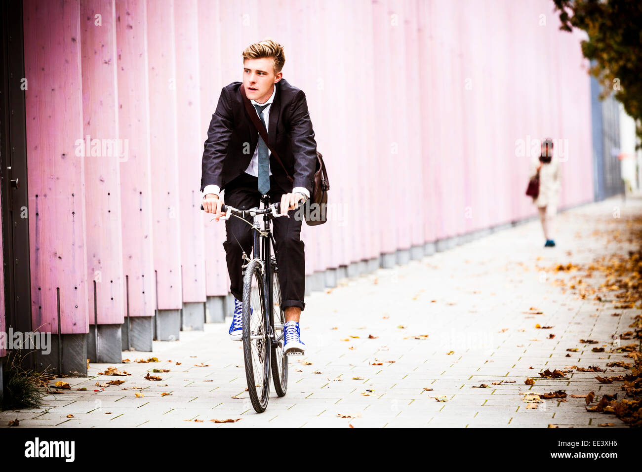 Young Woman riding bicycle, Munich, Bavière, Allemagne Photo Stock