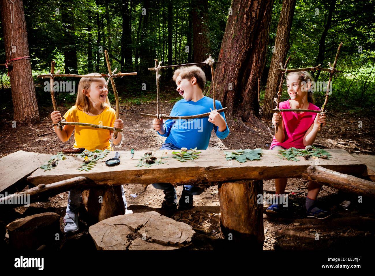 L'élaboration d'enfants dans un camp forestier, Munich, Bavière, Allemagne Photo Stock
