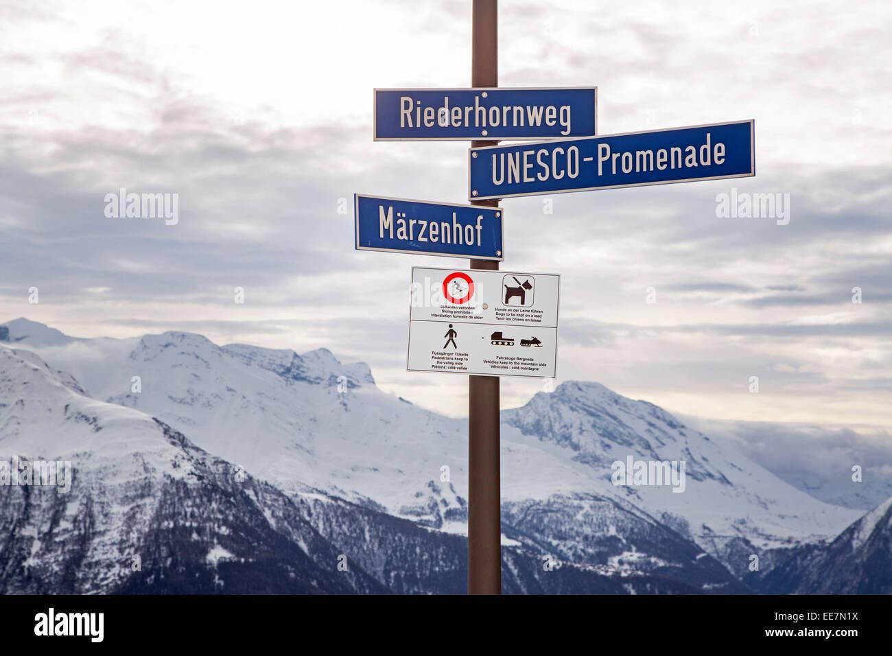 Panneau routier et un panneau d'avertissement dans les Alpes Suisses près de Riederalp, Valais / Valais, Photo Stock