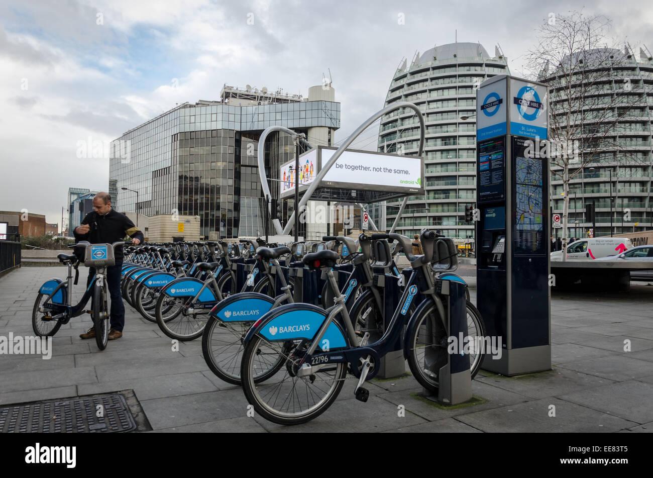 London cycle hire, connu localement sous le nom de 'Borris Bikes' à l'ancien rond-point de la rue. Photo Stock
