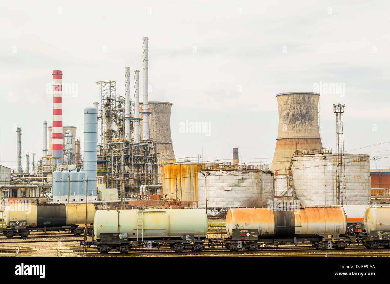 Les pétroliers chargés en carburant à une raffinerie de pétrole et de gaz Banque D'Images