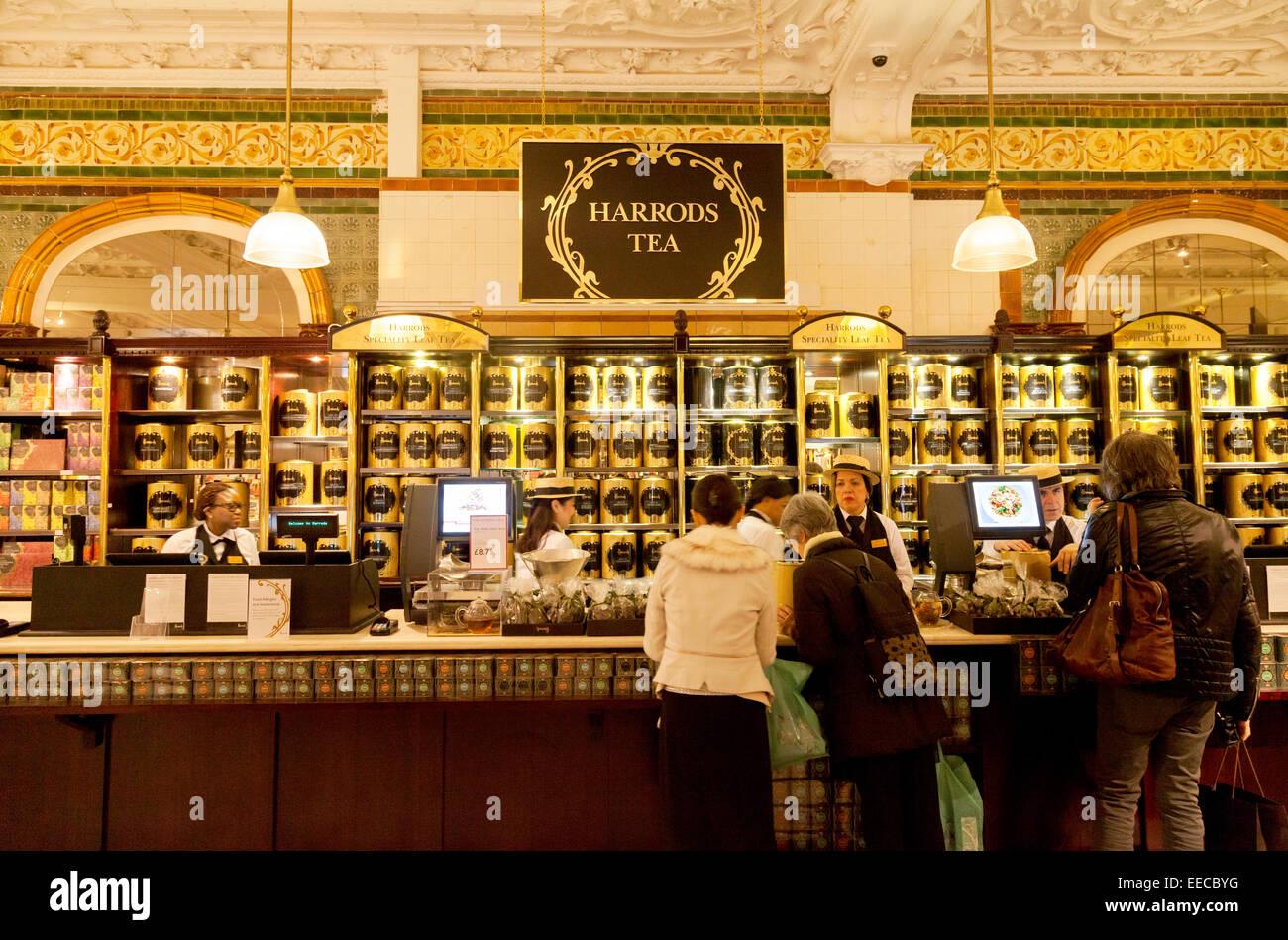 clients au comptoir de th de lintrieur du magasin harrods knightsbridge londres uk