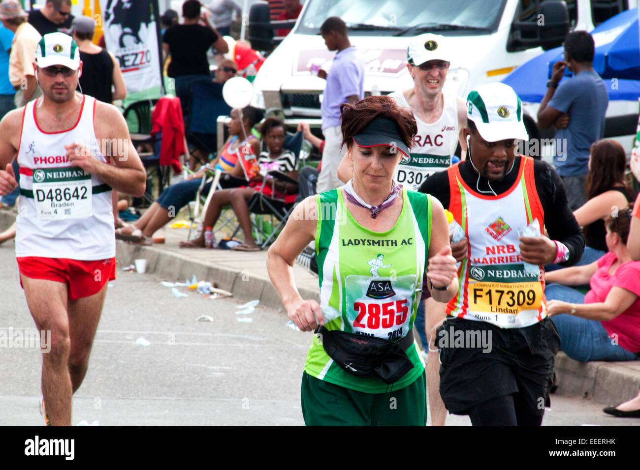 Spectateurs et coureurs participant à la longue distance camarades Marathon entre Pietermaritzburg et Durban Photo Stock