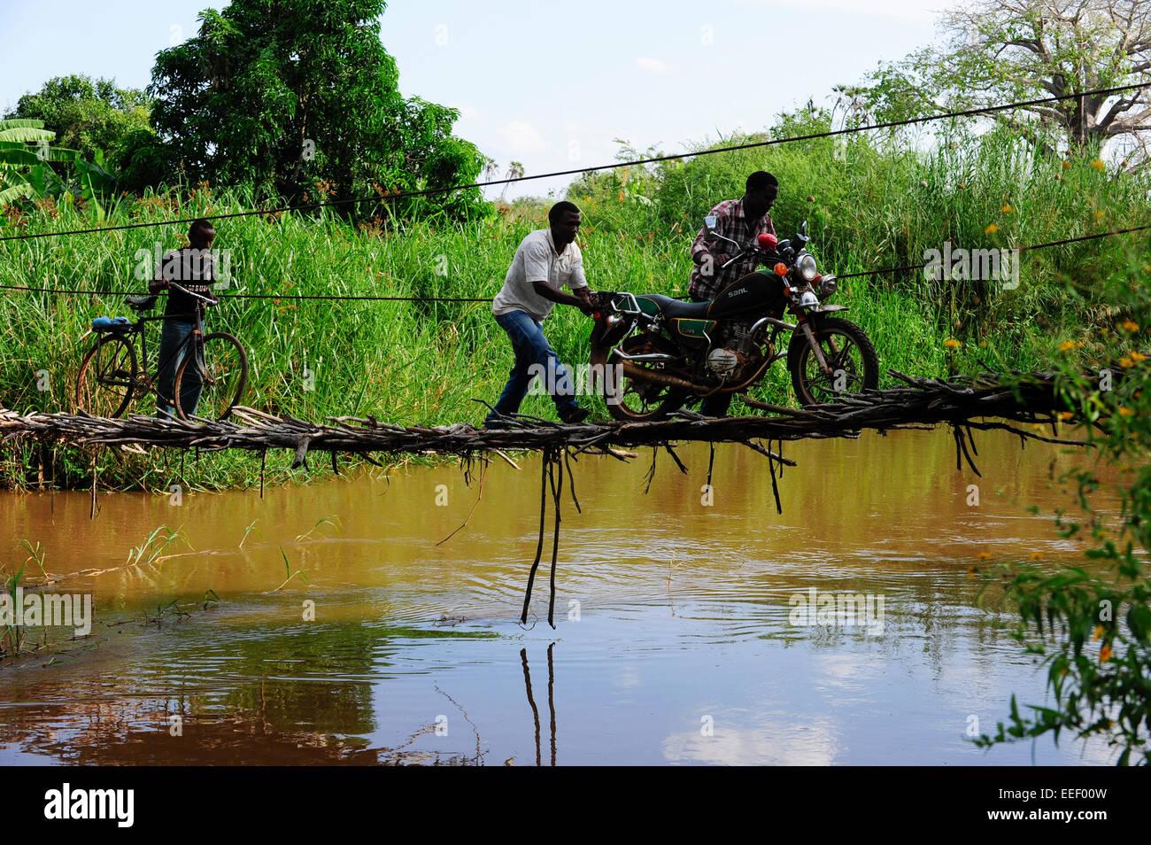 La TANZANIE, Korogwe, pont suspendu dans Kwalukonge / TANZANIE, dans Kwalukonge Haengebruecke, Korogwe Photo Stock