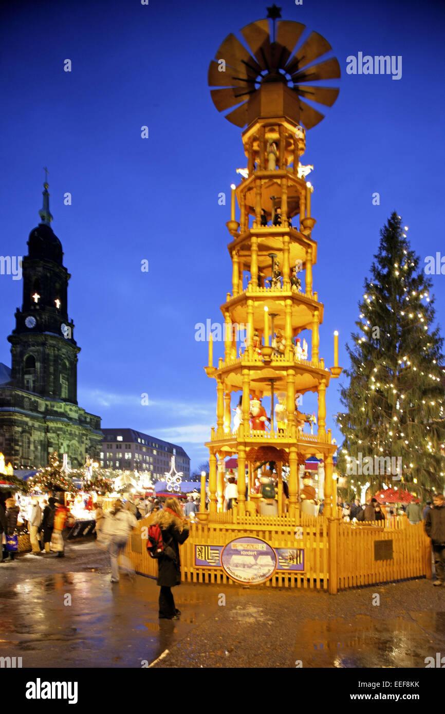 Deutschland Weihnachtsmarkt.Deutschland Dresden Strietzelmarkt Nacht Aussen Beleuchtet Sachsen