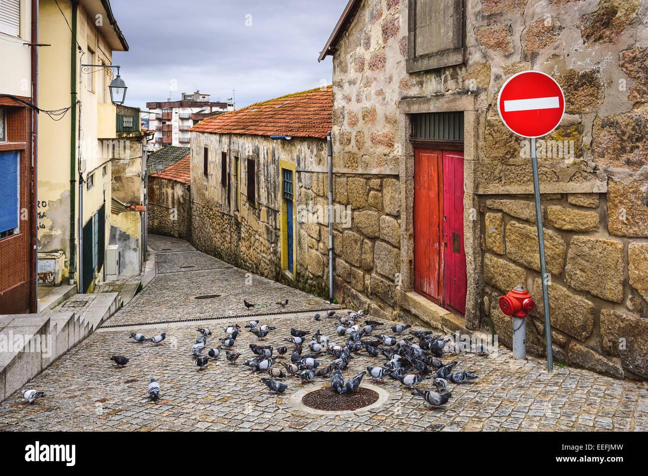 Vila Nova de Gaia, Portugal alley scène avec les pigeons. Photo Stock