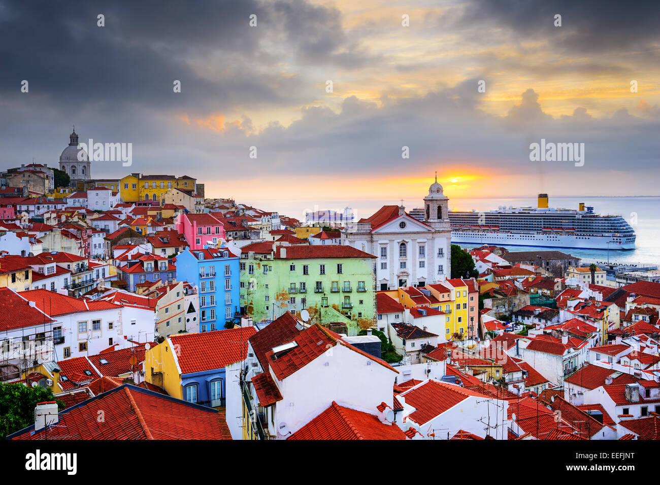 Lisbonne, Portugal le lever du soleil à l'horizon d'Alfama. Photo Stock