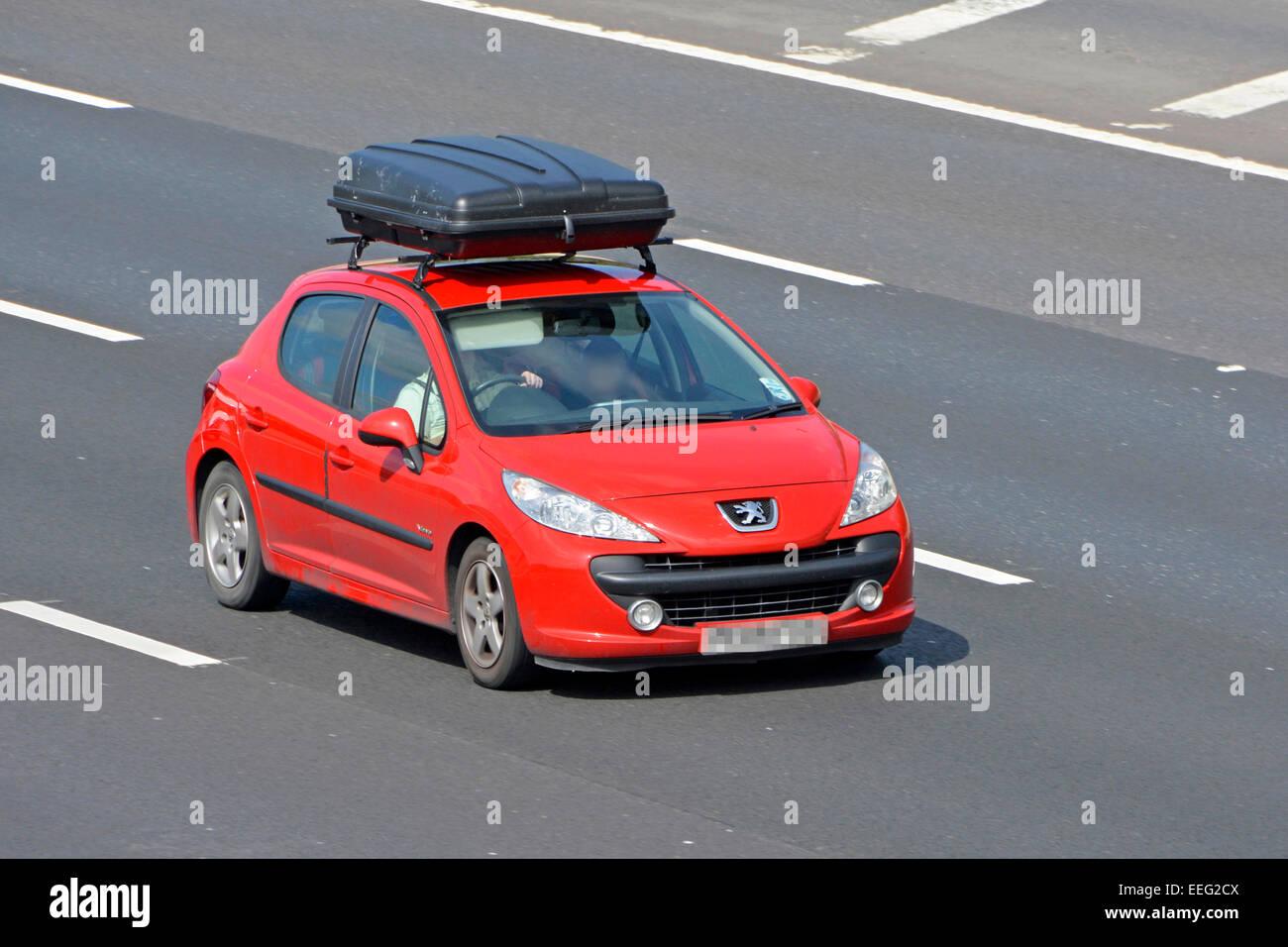 Voiture Vauxhall Rouge Equipe D Un Grand Coffre De Toit En Voiture