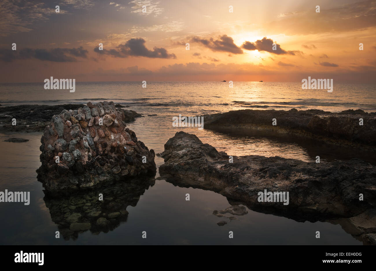 Coucher de soleil sur la mer et côte rocheuse avec d'anciennes ruines à Mahdia, Tunisie Photo Stock