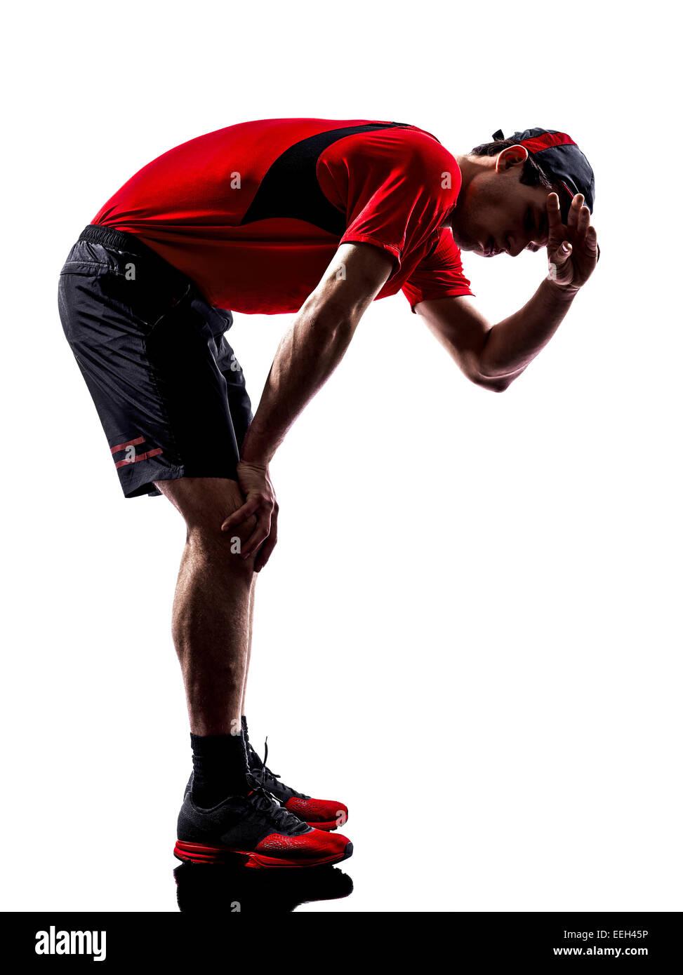 Un jeune homme runner jogger fatigué souffle d'épuisement en silhouette de chaleur isolé sur Photo Stock