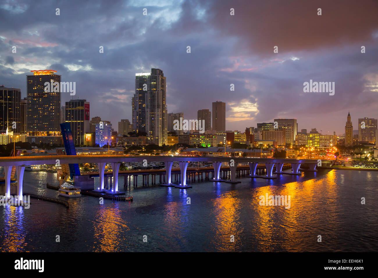 Crépuscule sur le port et immeubles de Miami, Floride, USA Photo Stock