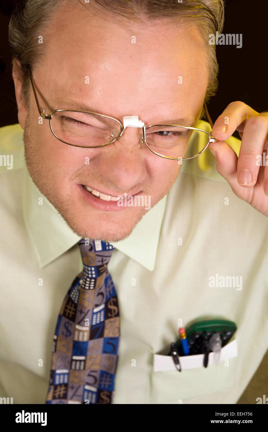 6afac665c8 Nerd ou Geek Homme avec lunettes sur bande Banque D'Images, Photo ...